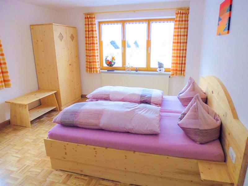 schlafzimmer ferienwohnung ahornkaser 800x600 ferienwohnungen. Black Bedroom Furniture Sets. Home Design Ideas